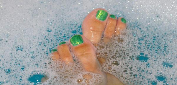 悪臭!足のニオイを改善する10の方法